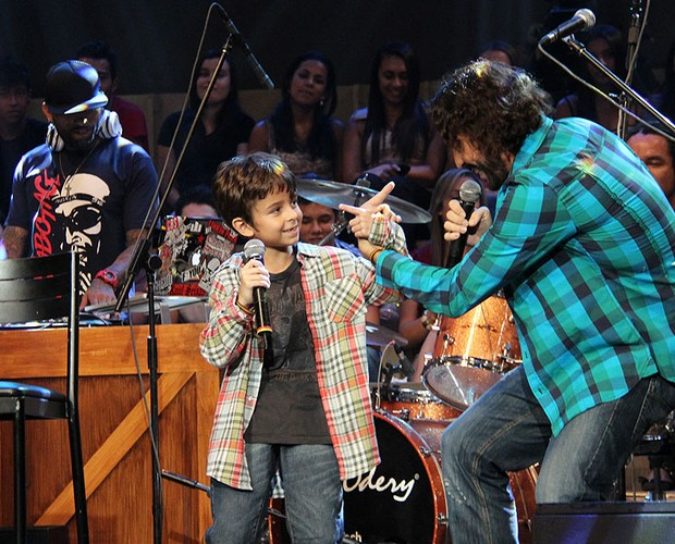 Gabriel faz uma parceria inédita com seu filho Davi na canção 'Isso aqui é família ' (Foto: TV Globo/Altas Horas)