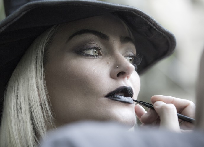Laura Keller em bastidor de ensaio fotográfico (Foto: Ellen Soares / Gshow)