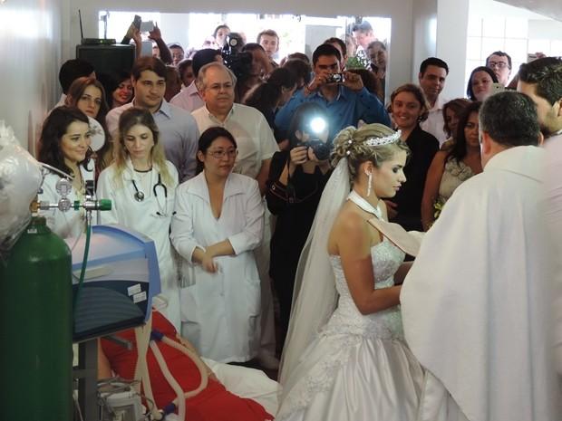 Capela ficou lotada para acompanhar o casamento (Foto: Marcos Lavezo/G1)