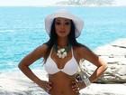 Carol Nakamura exibe o corpão em ensaio de moda praia