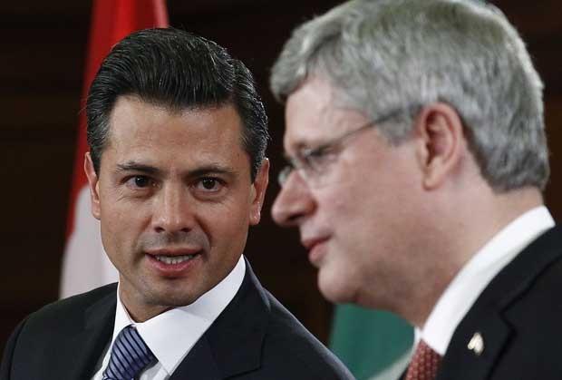 Presidente mexicano eleito Enrique Peña Nieto (esq.) conversa com o premiê canadense Stephen Harper em conferência nesta quarta-feira (28) em Ottawa (Foto: Reuters)
