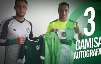 Jogadores do Goiás rifam camisas  e luva para ajudar bairros carentes