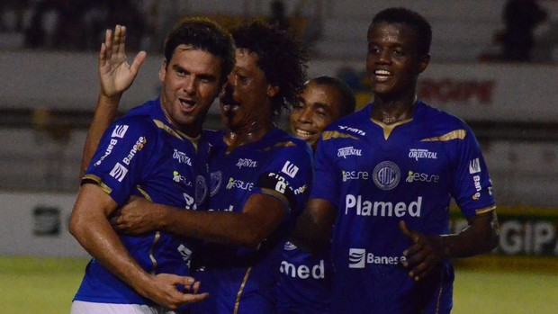 Rafael Franciscatti comemora gol no clássico contra o Sergipe (Foto: João Áquila/GLOBOESPORTE.COM)