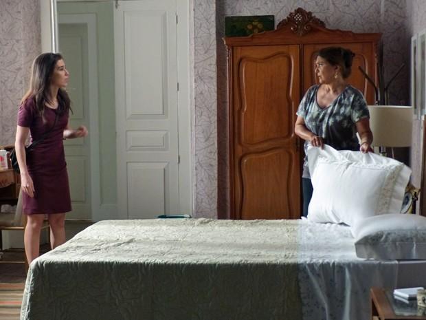 Cora chega em casa e encontra Jurema em seu quarto (Foto: Tatiana Machado/ Gshow)