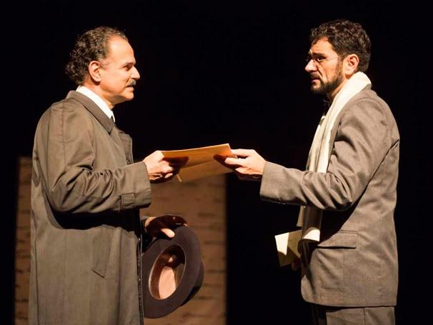 Helio Cicero como Fernando Pessoa e Douglas Simon como o crítico literário (Foto: Fernando Stankuns)