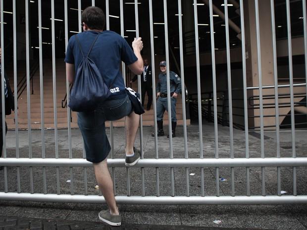 DOMINGO (27): São Paulo (SP) - Candidato chegou atrasado e perdeu o segundo dia do Enem  (Foto: Caio Kenji/G1)