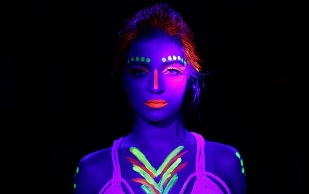 Populares EGO - Anna Rita Cerqueira mostra maquiagem neon que brilha na  TE17