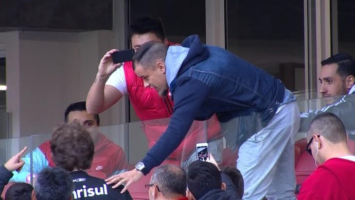 D'Alessandro tira foto com torcedores no Beira-Rio  (Foto: Reprodução / SporTV)