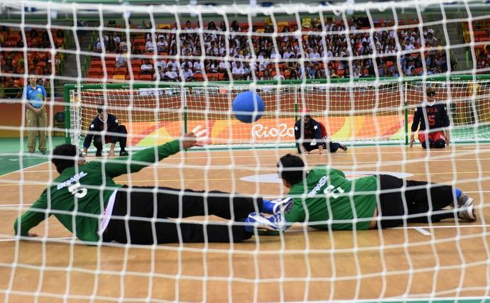 Descrição da imagem: americanos atacam para a defesa do Brasil no goalball (Foto: André Durão)