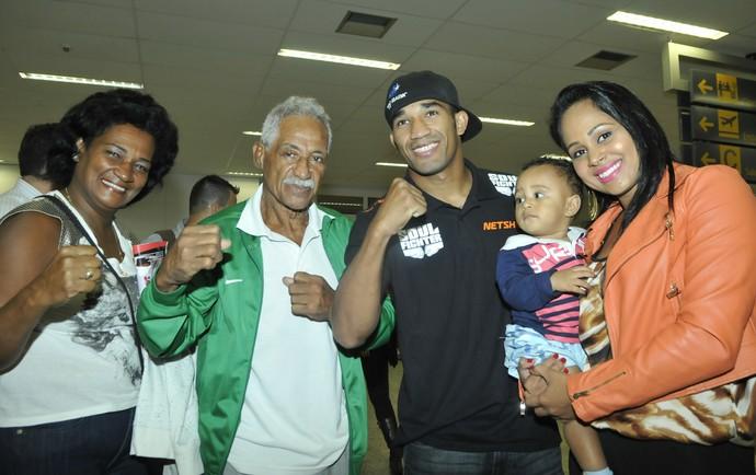 Maria Olinda (mãe), Touro Moreno (pai), Esquiva Falcão e Suelen Marques (esposa) com Juan Marques (filho) (Foto: Carlos Alberto Silva/A Gazeta)