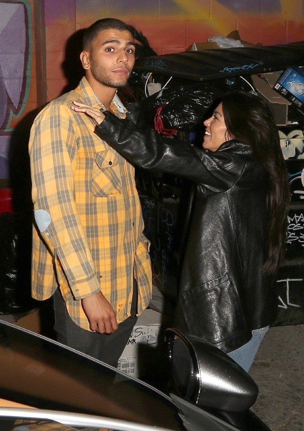Hollywood, CA  - *EXCLUSIVE* Kourtney Kardashian shares a passionate kiss with her model boyfriend Younes Bendjima at the Daniel Caesar concert. Kourtney appears completely present in the moment with her arms wrapped tightly around her beau while Younes k (Foto: Roger / BACKGRID)