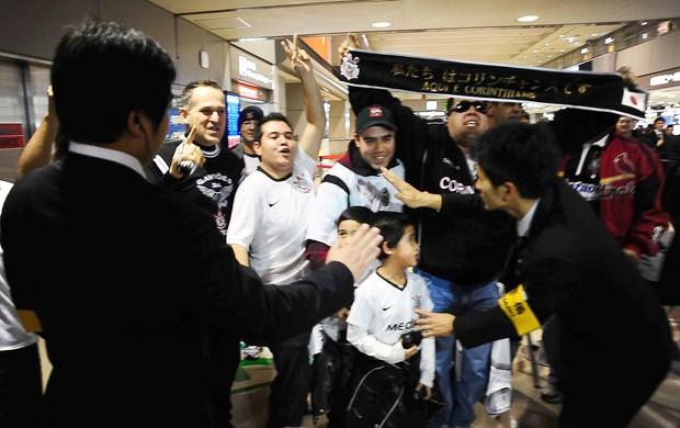 torcida desembarque Corinthians desembarque Japão (Foto: Marcos Ribolli / Globoesporte.com)
