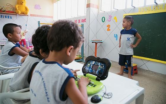 ACESSO Crianças  da educação infantil da escola Amor de Mãe, em Natal. Agora elas podem pegar os brinquedos (Foto: Pablo Pinheiro/ÉPOCA)