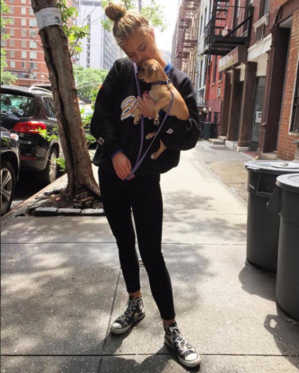 Nina Agdal e a cachorrinha que adotou após o término com Leonardo DiCaprio (Foto: Reprodução/Instagram)