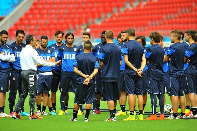 itália treino arena pernambuco (Foto  Aldo Carneiro   Pernambuco Press) Cesare  Prandelli conversa com o grupo italiano ... d6cea46163ec3