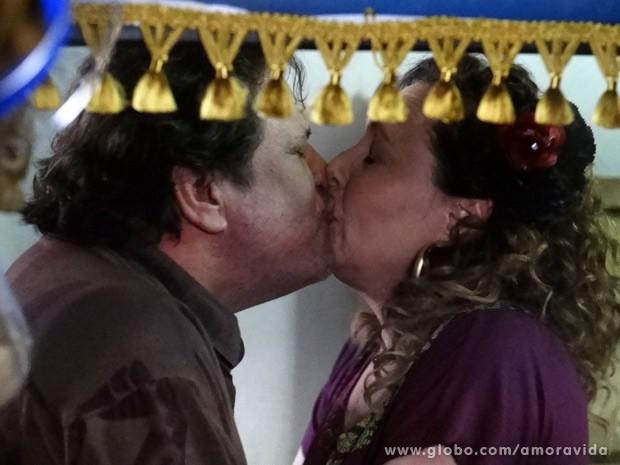 'Gentil' e Márcia resolvem selar a união (Foto: Amor à Vida / TV Globo)