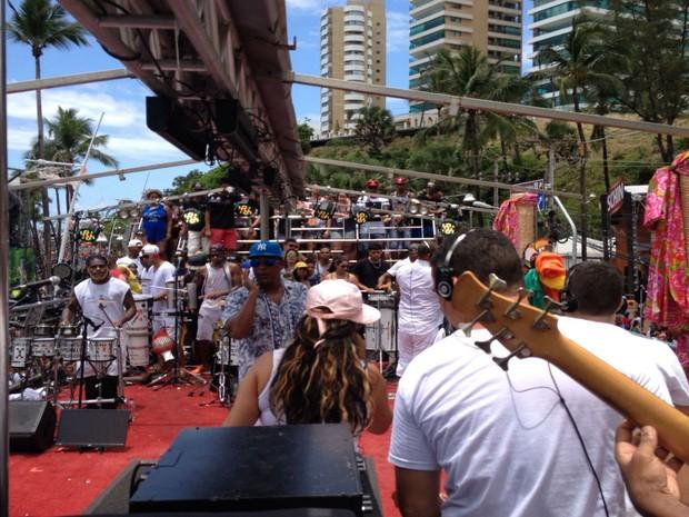 Márcio Victor canta para a pipoca do Arrastão (Foto: Henrique Mendes / G1)