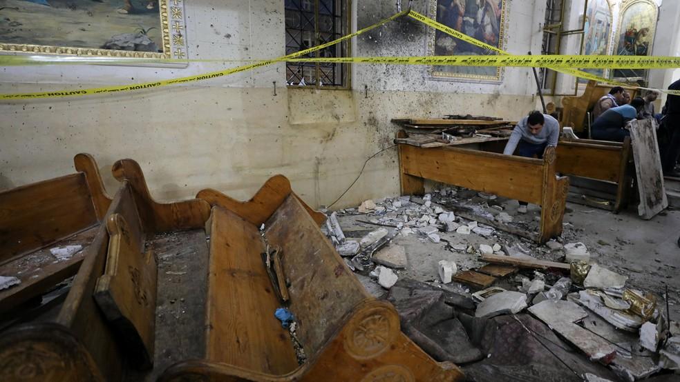 Destroços da igreja de Tanta, no Egípico, que foi alvo neste domingo (9) de um atentado à bomba (Foto: REUTERS/Mohamed Abd El Ghany)