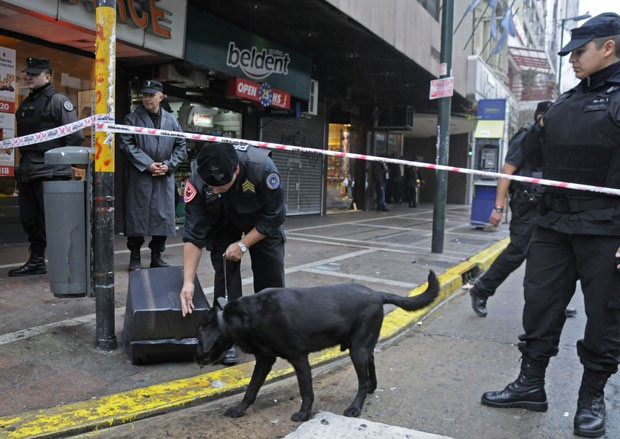 Policias inspecionam os arredores do Teatro Gran Rex, em Buenos Aires, onde uma bomba foi encontrada, segundo a PF (Foto: AFP)