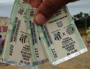 Ingressos  para o primeiro jogo em Estância estavam sendo vendidos por R$ 15 (Foto: Felipe Martins/GloboEsporte.com)