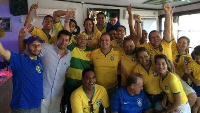 Em Cruzeiro do Sul, Tião Viana comemora vitória brasileira sobre Camarões (Foto: Reprodução/Facebook)