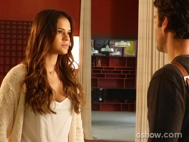 Luiza descobre que Livia vai viajar com Laerte e não gosta (Foto: Em Família/TV Globo)