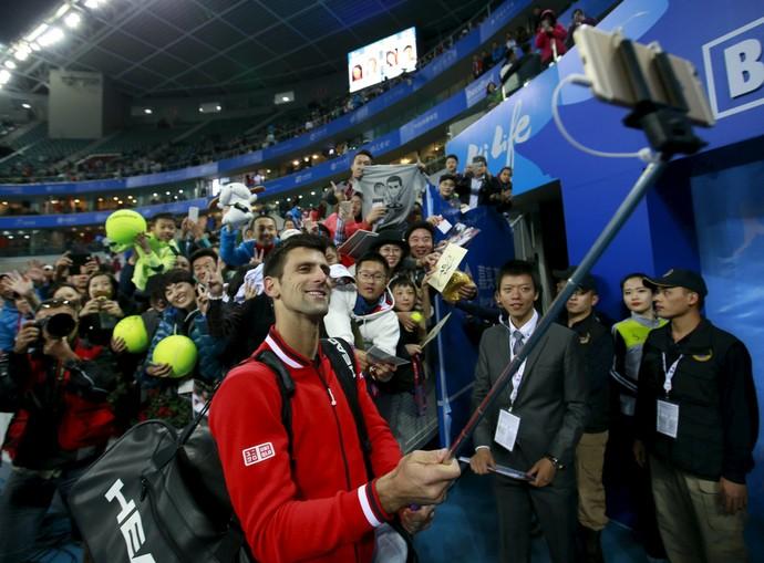 Novak Djokovic tira selfie com fãs após vitória sobre Isner (Foto: Reuters)