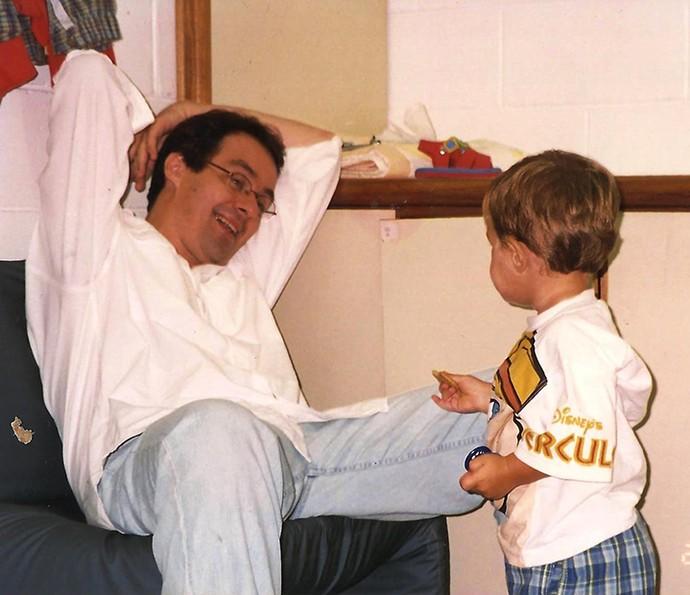 Daniel Dantas, que interpretou Tadeu, pai de Théo, brinca com um dos gêmeos no camarim (Foto: Arquivo Pessoal)