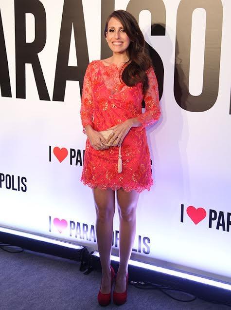 Luana Martau colocou as pernas de fora em um lindo vestido vermelho! (Foto: Fabiano Battaglin/ Gshow)