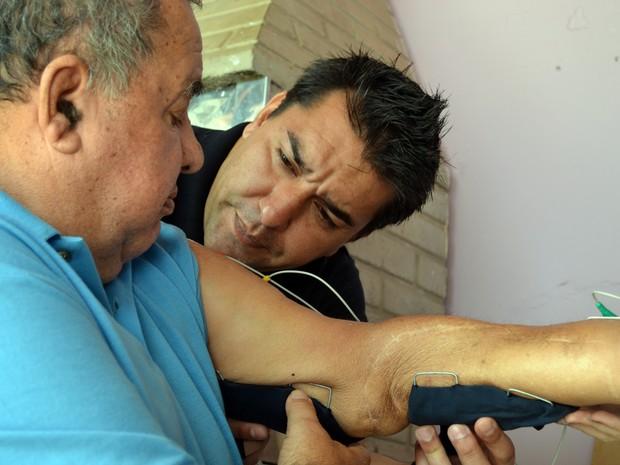 'Seo' Zé da Guarda e o filho Danilo Carneiro: por causa do projeto, aposentado ganhou o apelido carinhoso de 'fofinho' (Foto: Daniela Ayres/G1)