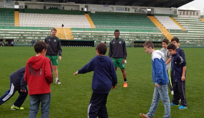 Crianças batem bola com jogadores da Chapecoense (Foto: Laion Espíndula)