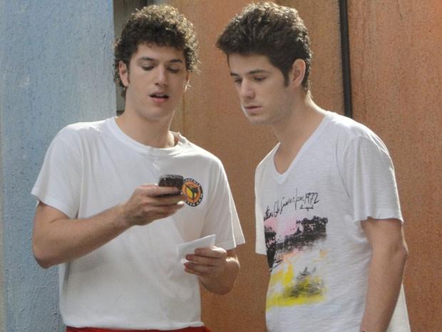 Kiko leva celular para Gabriel, que manda mensagem para capangas de Moisés (Foto: Malhação / Tv Globo)