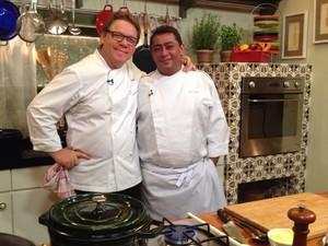 Claude e Batista gravam o especial 'Que Marravilha! Especial Risotos e Sobremesas' (Foto: Divulgao GNT / Renata Moreira)