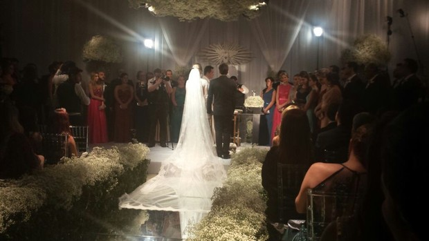 Vesgo e Gabi no altar (Foto: EGO)