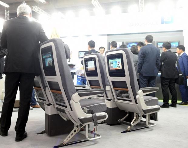 Assentos de avião em feira sobre o interior de aeronaves em Hamburgo; cadeiras estão ganhando mais tecnologia para compensar falta de espaço (Foto: Fabian Bimmer/Reuters)