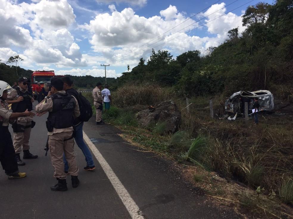 Acidente aconteceu em curva na TO-222 (Foto: Thiago Vieira/TV Anhanguera)