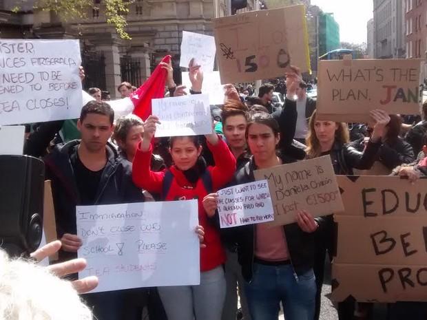 Estudantes fizeram protesto contra fechamento de escolas de inglês na Irlanda no começo de maio (Foto: Bruno Maciel/Arquivo pessoal)