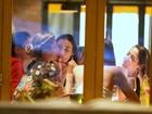 Grazi Massafera janta com Débora Nascimento e Anna Lima