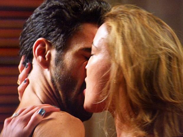 Danielle finalmente consegue ir para a cama com José Pedro (Foto: TV Globo)