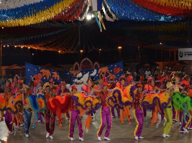 Quadrilha Estrela Juninar, de Estancia, se apresentou com o tema 'O encanto da flor de Assucena' (Foto: Denise Gomes/G1 SE)