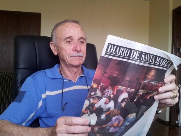 Em Piracicaba tio de vítimas de Santa Maria lê notícias da tragédia (Foto: Fernanda Zanetti/G1)