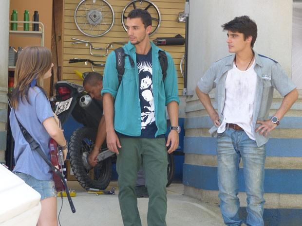 Vitor apresenta Lia a Sal, que já acha que roqueira é namorada do irmão (Foto: Malhação / Tv Globo)
