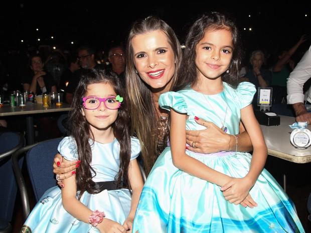 Flávia Fonseca e as filhas, Isabella e Helena, em show em São Paulo (Foto: Manuela Scarpa/ Brazil News)