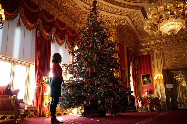 WINDSOR, ENGLAND - NOVEMBER 23: An employee poses with a 15ft Christmas tree in the Crimson Drawing Room which has been decorated for the Christmas period on November 23, 2017 in Windsor Castle, England. The Windsor Castle State Apartments are used by mem (Foto: Getty Images)