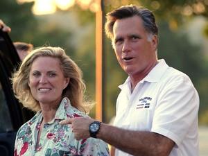 Romney com a mulher, Ann, neste domingo (26) (Foto: Brian Snyder/Reuters)