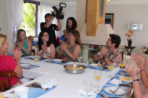 Daniel toma café da manhã com fãs (Foto: Alex Palarea / AgNews)