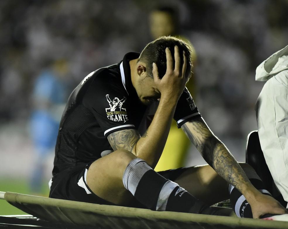 Desolado, Bruno Paulista deixa o gramado após sentir dor na coxa (Foto: André Durão)