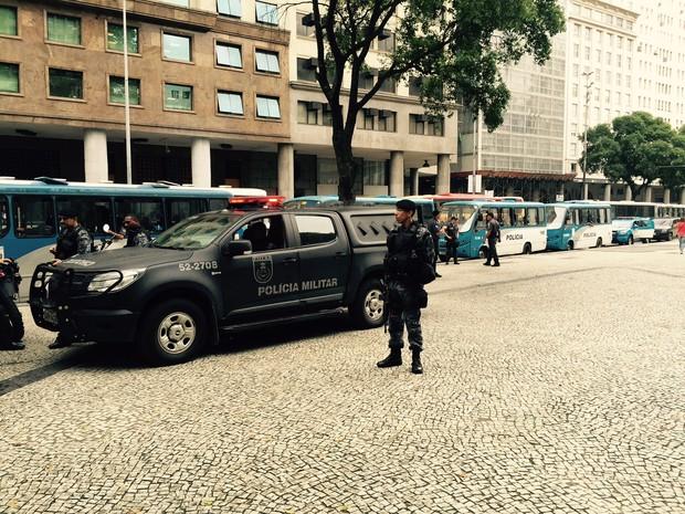 Vários ônibus da PM estacionaram ao lado da concentração do protesto (Foto: Henrique Coelho / G1)
