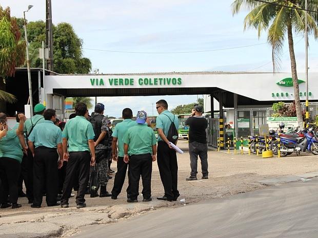 Motoristas grevistas ficaram nas garagens das empresas (Foto: Girlene Medeiros/G1 AM)