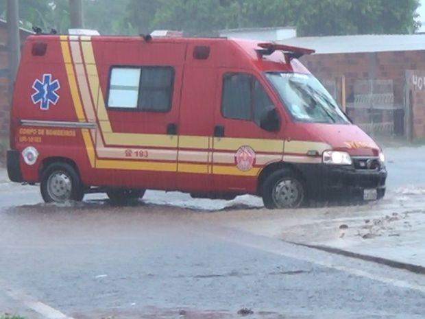Forte tempestade atingiu a cidade nesta quinta-feira  (Foto: TV Marília)